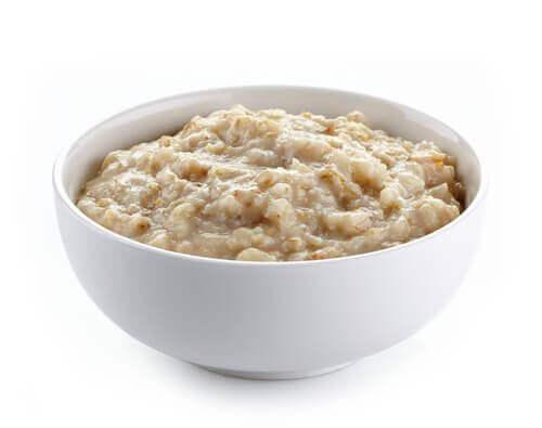 Mingau de aveia para um café da manhã saudável e delicioso
