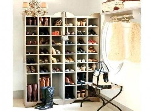 Sapatos em sapateiras