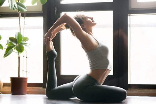 Mulher flexível praticando ioga para o alívio de enxaquecas
