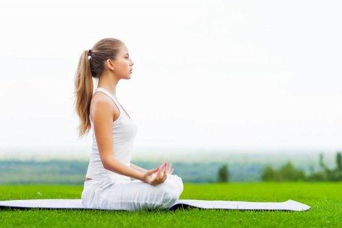 Mulher praticando ioga para a saúde das articulações