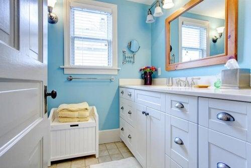 Decorações de banheiro com móveis brancos
