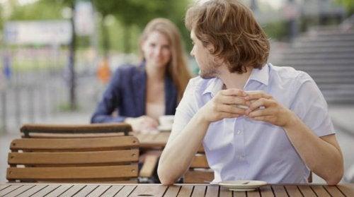 Homem que quer dizer eu te amo para a moça