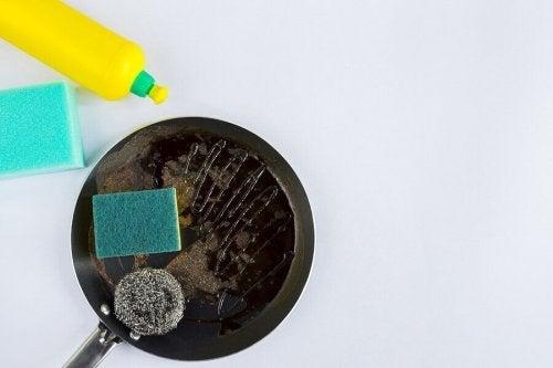 4 truques para limpar panelas queimadas em minutos