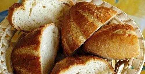 Acompanhe a sopa espanhola com pão