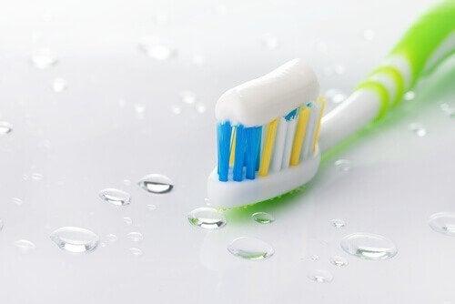 Pasta de dentes para limpar mesa de vidro