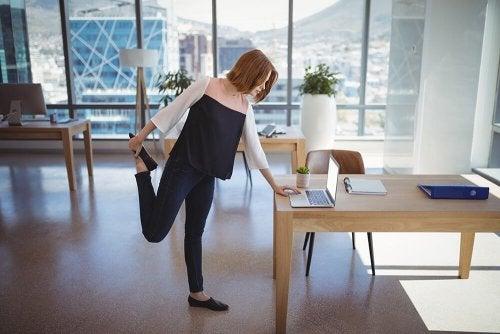 O horário ideal para praticar ioga pode ser enquanto você trabalha