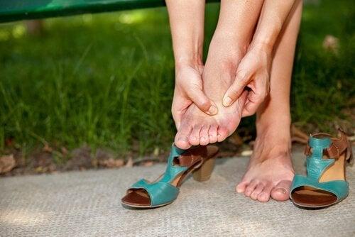Mulher com tornozelo torcido por usar salto alto