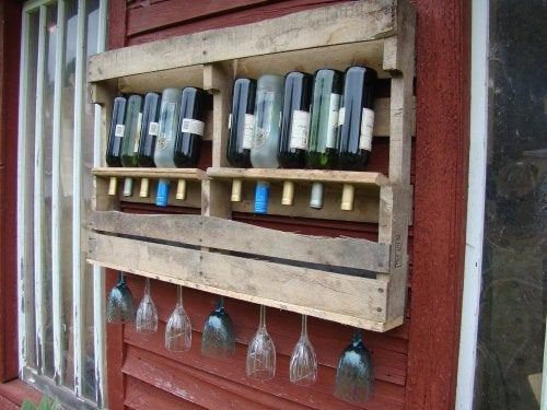 Porta-garrafas com tábuas de madeira