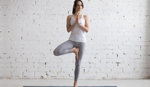 Mulher flexível praticando ioga