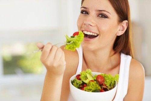 Mulher adotando uma alimentação macrobiótica