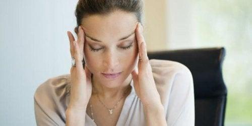 Praticar ioga para a ansiedade ajuda a aliviar dores