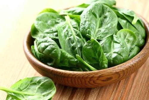 Ingredientes para salada de espinafre e tofu