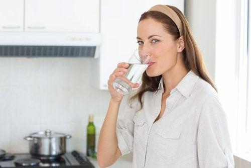 Beber muita água ajuda a aliviar a prisão de ventre
