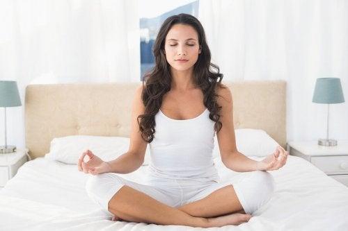 Mulher fazendo uma prática regular de ioga
