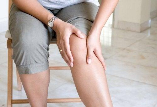 Mulher com dor do reumatismo