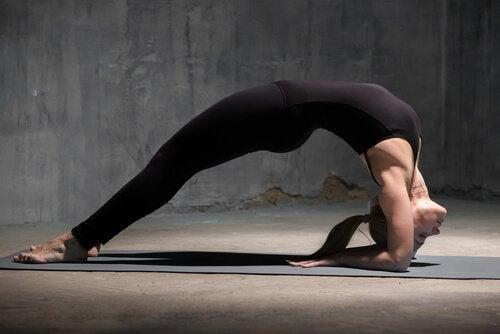 Quais são as posições de ioga mais difíceis: A roda