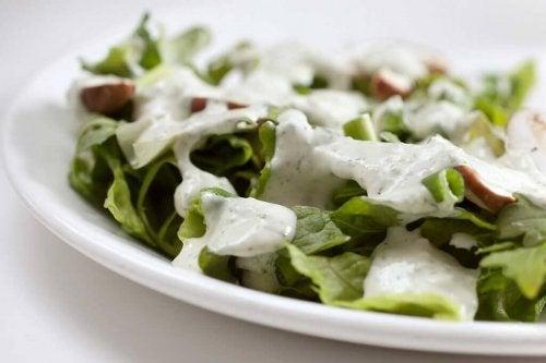 Salada com iogurte