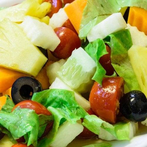 Salada com frutas e verduras para intolerantes ao glúten