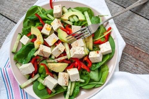 Salada de espinafre e tofu para veganos