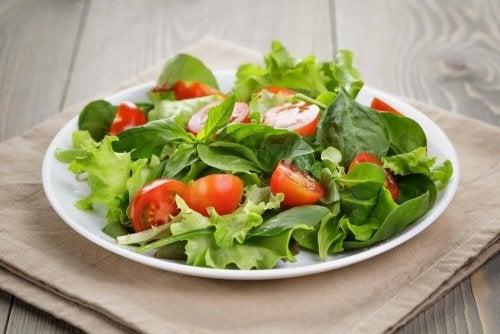 Consuma 300 calorias a menos comendo saladas