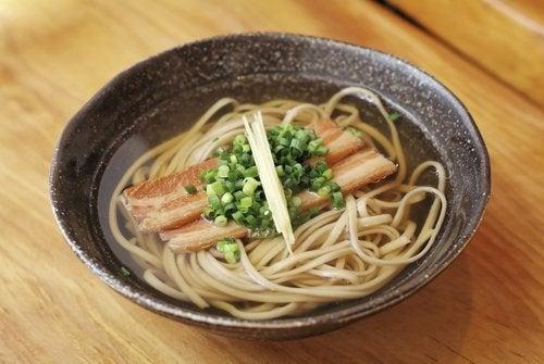 Sopa de macarrão noodles com toicinho