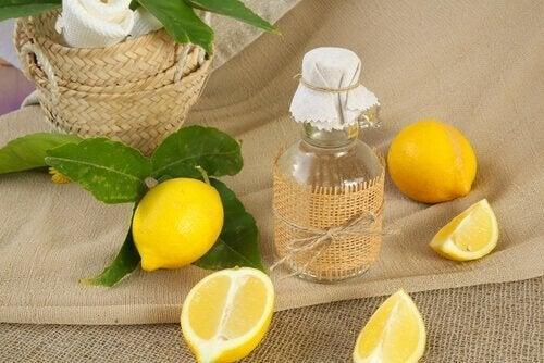 Soluções naturais para remover a gordura das janelas da cozinha: desengordurante com vinagre e limão