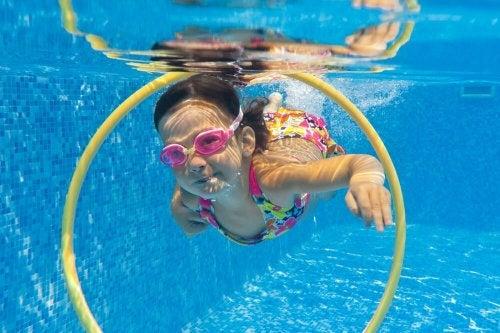 Como ter seus filhos em segurança na piscina