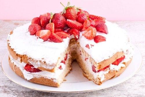 Sobremesas deliciosas: torta de morangos com creme