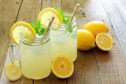 Tratamentos de origem natural para aliviar a dor renal: Suco de limão
