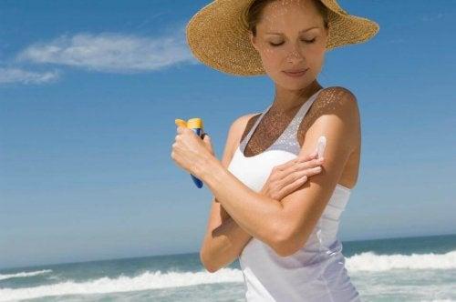 Melhores dicas para livrar-se da acne nas costas: Evite a exposição ao sol