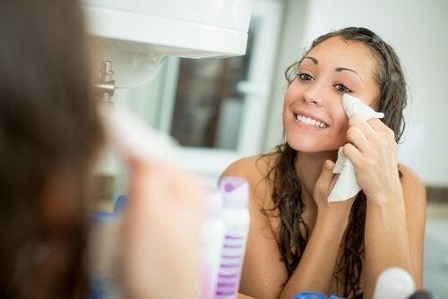 Dicas para evitar o brilho no rosto: lembrar de tirar a maquiagem