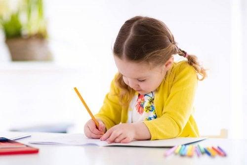 Menina com o hábito de fazer os deveres