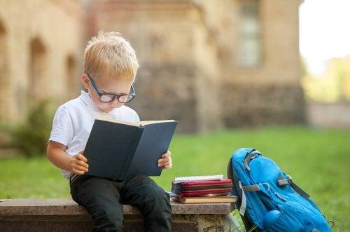 Deveres: criança estudando