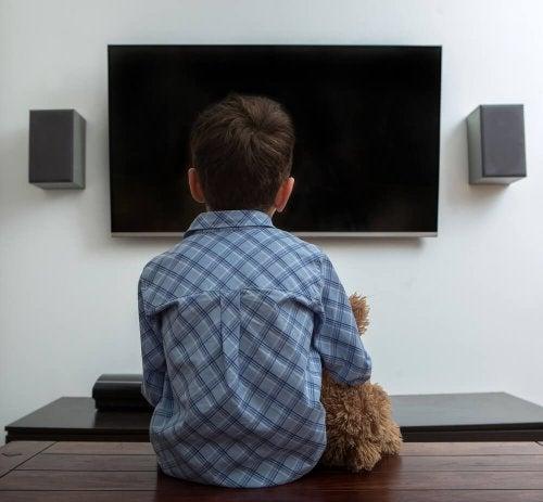Menino que não consegue assistir TV