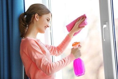 Limpeza de janela com água oxigenada