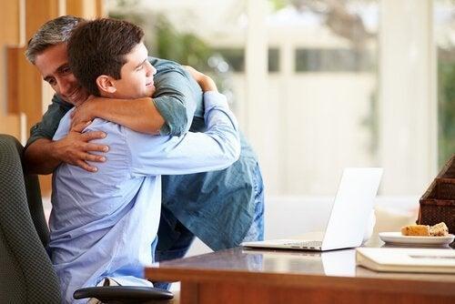 Abraços trazem paz em casa