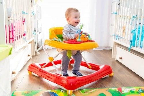 Bebê dando seus primeiros passos no andador