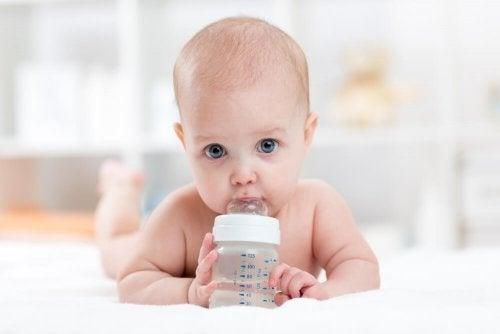 Bebê começando a beber água