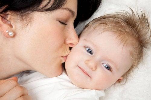 Os beijos da mãe não só expressam amor