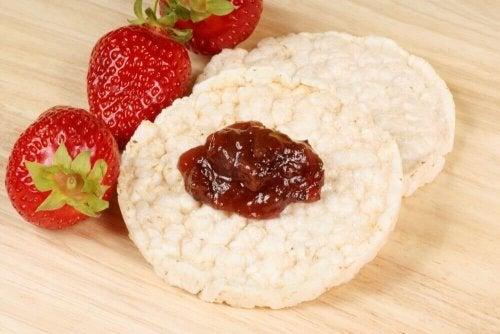 Biscoitos sem glúten de arroz e frutas