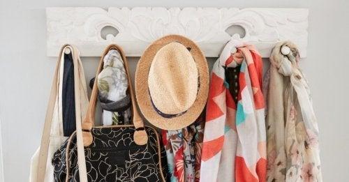 Ideias para decorar um pequeno living : usar cabides
