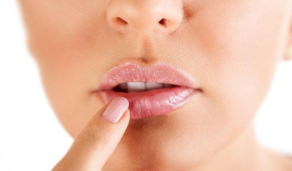 Como preparar um xarope de bardana para tratar o herpes labial