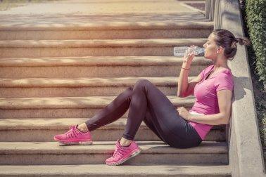 Beber muita água ajuda a evitar fisgadas