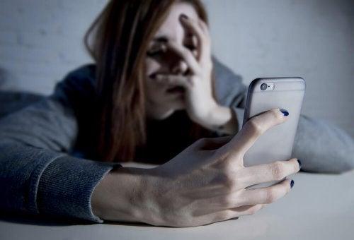 Mnina preocupada verificando o celular
