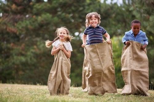 Maneiras de se divertir com seu filho com brincadeiras no parque: corrida de saco