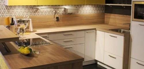 Pode decorar a cozinha com um toque clássico nos móveis