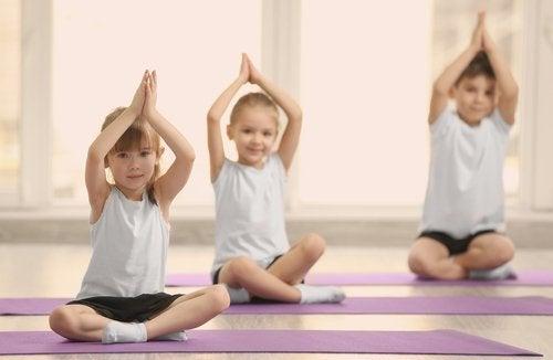 Crianças praticando ioga
