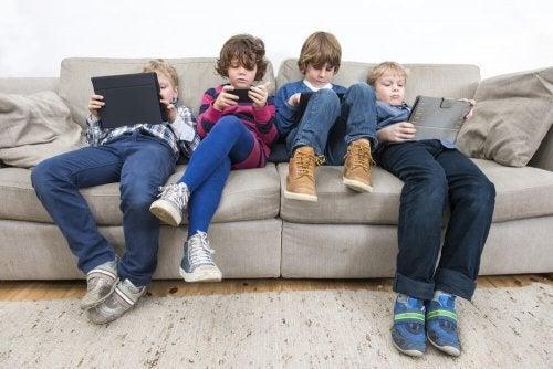 Como ensinar a criança a não procrastinar: limite o uso dos dispositivos eletrônicos