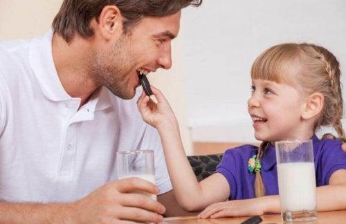 Pai ensinando generosidade à filha ao compartilhar