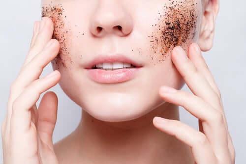 Esfoliar o rosto para evitar a oleosidade